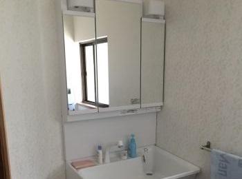 シンプルで使いやすい人工大理石製の「すべり台ボウル」の洗面化粧台
