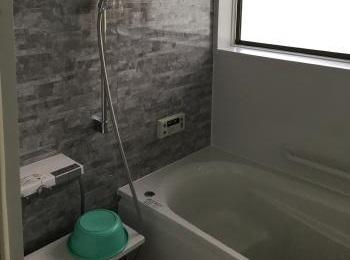 ひんやりするタイル貼りの浴室から暖かなシステムバスにリフォームされました。