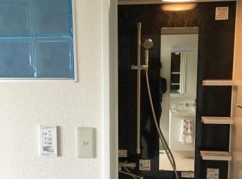 浴室と洗面室の間仕切壁にはアクリルブロックを取り付け、明るい光が差し込む浴室になりました。