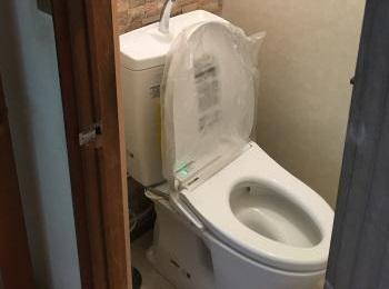 フチなし形状で人気の超節水トイレです。
