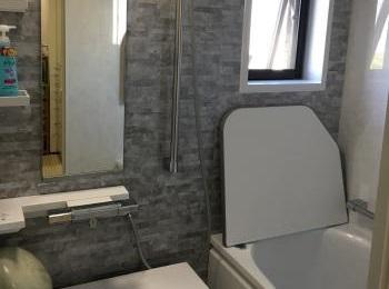 畳のようなやわらかさで人気の「ほっカラリ床」の浴室です。