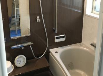 一戸建てのタイル貼り浴室からお掃除しやすくあたたかいユニットバスになりました。