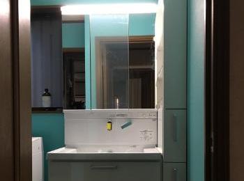 洗面化粧台のすぐ横には出し入れしやすいオープン棚付きのキャビネットを