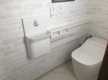 タイル調のクロスで雰囲気の良いトイレ空間になりました。