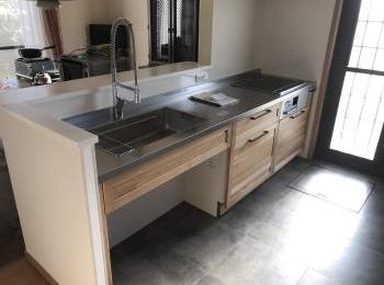 スイージーは木材のもつ優しさや温かみを引き出した無垢の木のキッチンです。
