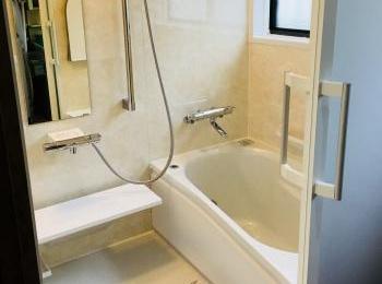 浴槽のまわりを断熱材でカバー。抜群の保温力を発揮します。