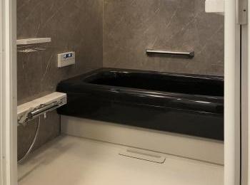 人造大理石バスタブのゆったり感にこだわった、バスルーム。