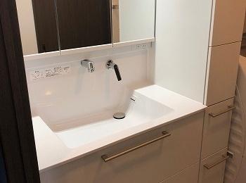 TOTOの洗面化粧台オクターブは、高い収納力と新機能で快適な洗面空間を実現します。