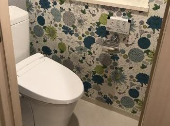 アクセントクロスでおしゃれな空間のトイレになりました。
