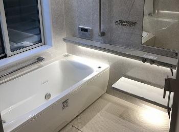間接照明によるやわらかな光の陰影と細部にまでこだわりぬいた壁・床・水栓。心も身体もリラックスできるTOTOの最高級バスルーム『シンラ』