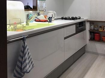 トクラスの白いレンジフードでキッチンがよい一層明るくなります。