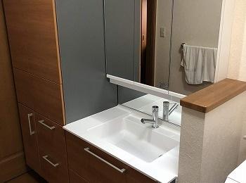 シンプルに仕上げたデザインと先進の機能が、様々な暮らしのスタイルに調和する洗面化粧台の『エスクアLS』