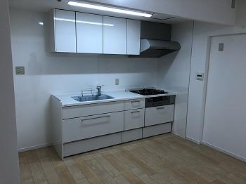 水平ラインが美しく、すっきりと軽やかなデザインがキッチンを広く見せます。