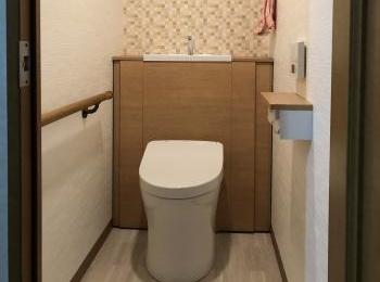 随所に収納アイデア満載。オール・イン・ワンの節水トイレ。