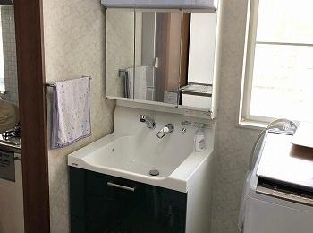 """カビが発生しにくい """"乾くん棚""""で 家族の歯ブラシを 清潔に。"""