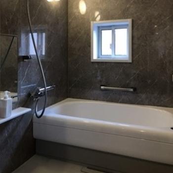 人造大理石バスタブのゆったり感にこだわった、バスルーム