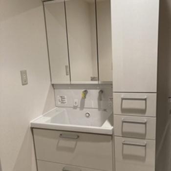 収納機能とエコ性能を充実させた洗面化粧台『サクア』